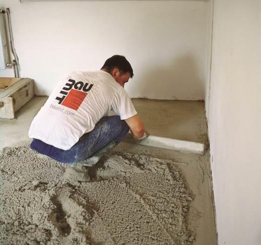 Tradycyjne wylewki cementowe są wodoodporne, jednak wymagają precyzji i długo wysychają   Fot. Baumit
